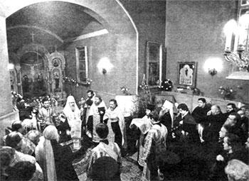Св. Патриарх Московский и Всея Руси Алексий II служит молебен в часовне блаженной Ксении Петербургской на Смоленском кладбище.